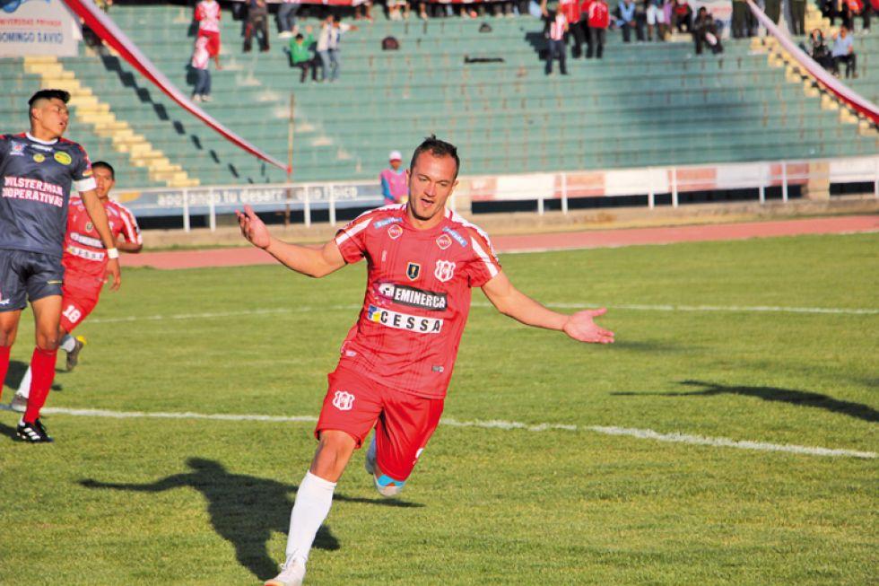El festejo de los jugadores albirrojos después de uno de los goles convertidos por Juan Godoy en el triunfo sobre Wilstermann Cooperativas.