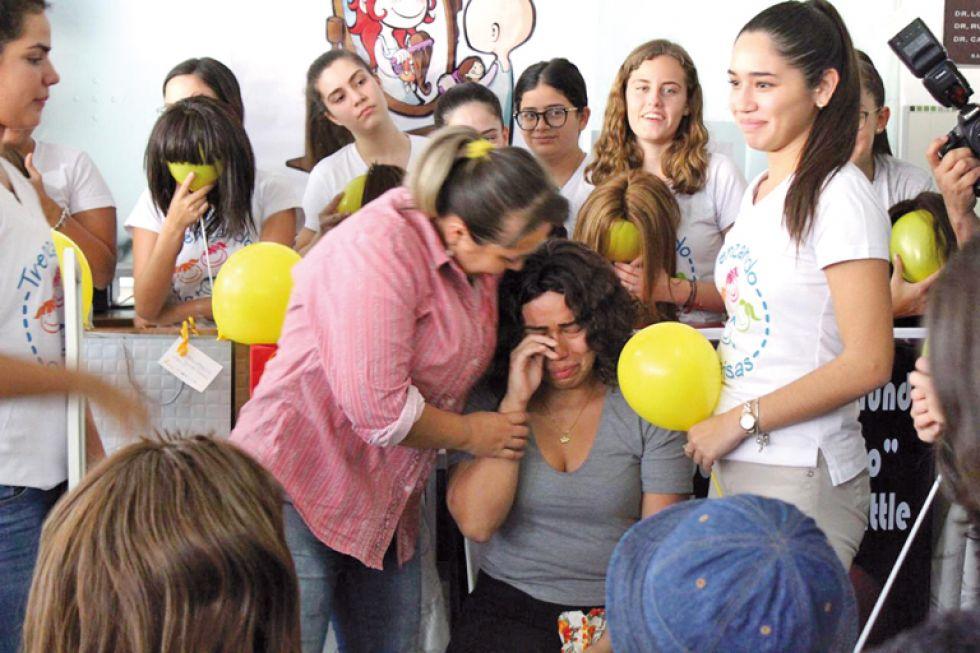 COMPROMISO. Entrega de peluquines de la primera campaña en Santa Cruz, el pasado viernes.