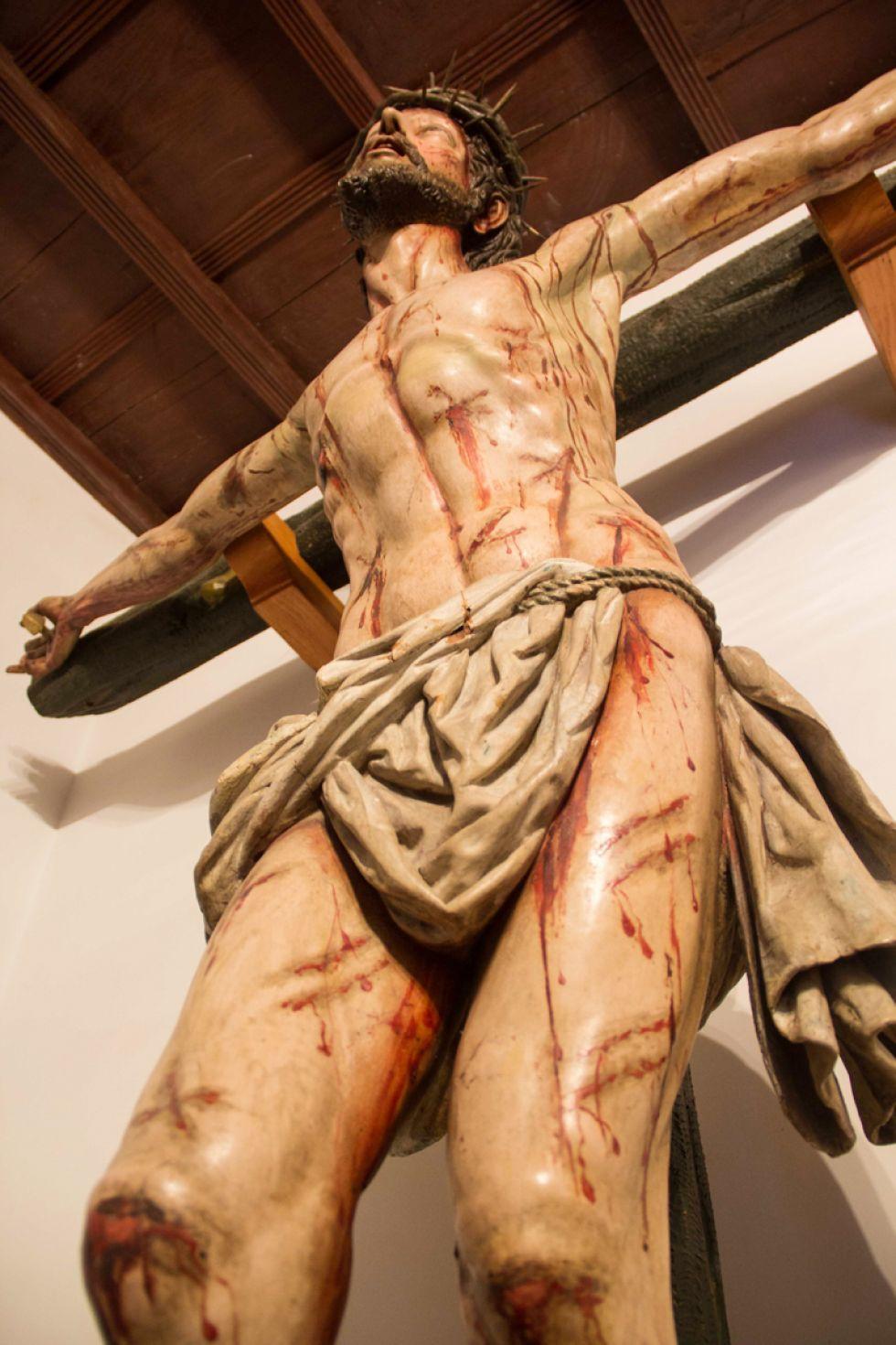 El Cristo de Burgos visto desde abajo.