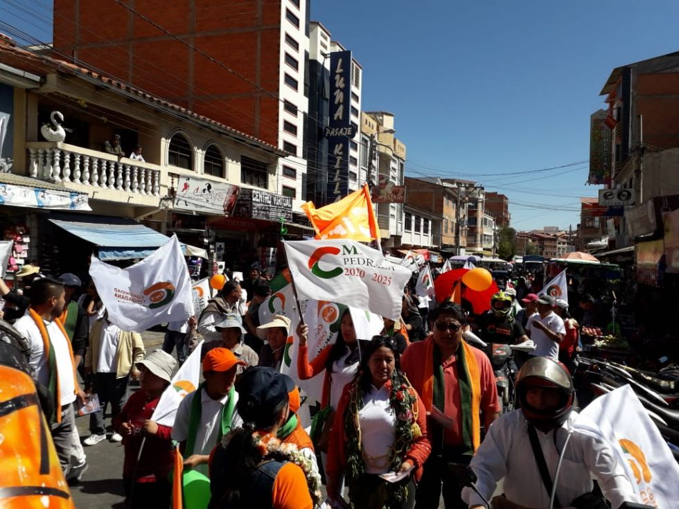 La caravana de Comunidad Ciudadana, este sábado, en Sucre.