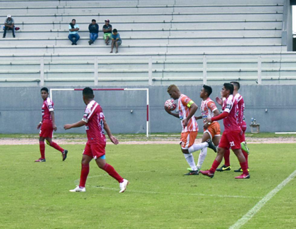 Camilo Ríos de Fortaleza, celebra el gol del empate parcial en Yacuiba.