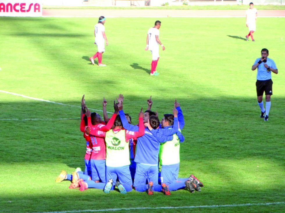 """Los jugadores de la """"U"""" celebran el gol, el portero Salvatierra y el autor del gol Vásquez durante el partido."""