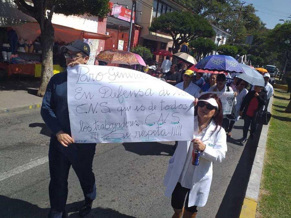 Médicos y trabajadores de salud marcharon este martes en Sucre.