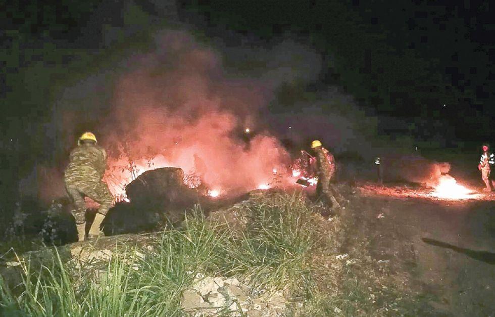 INCENDIOS. Militares, policías y bomberos trabajan intensamente para aplacar el fuego en la zona oriental del departamento de Santa Cruz.