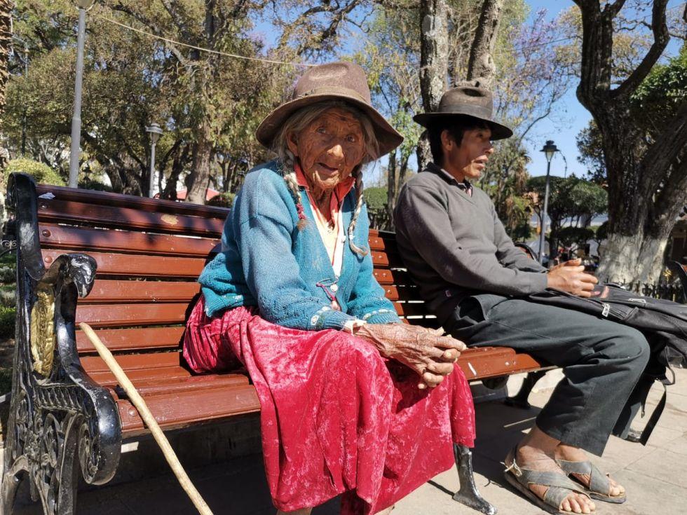 Los ancianos reclamaron que deben recorrer largas distancias para cobrar sus rentas.