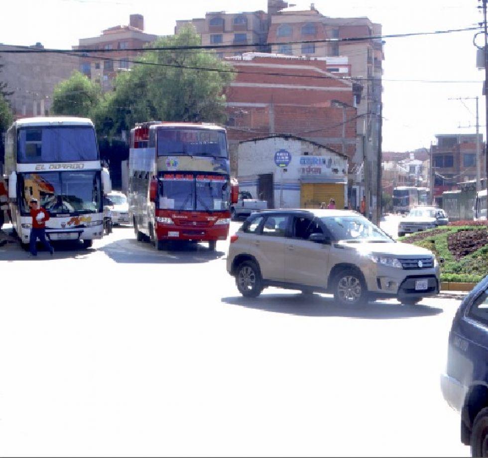 TRÁFICO. El intenso movimiento de vehículos provoca embotellamientos..