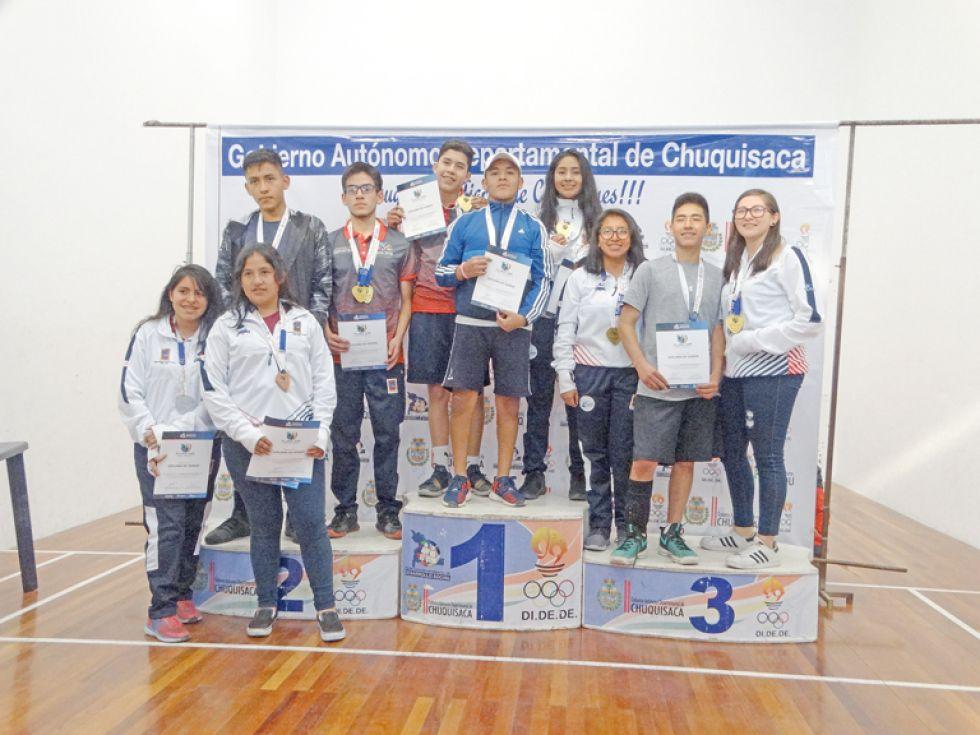 Los clasificados de raquetbol posaron al final de la competencia