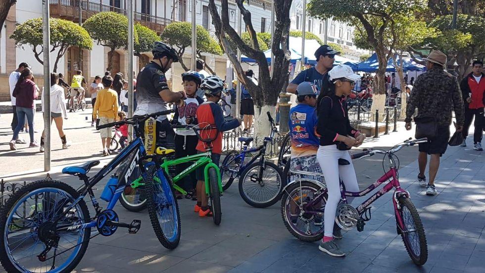 La población se volcó a las plazas, plazuela y calles para realizar actividad física.