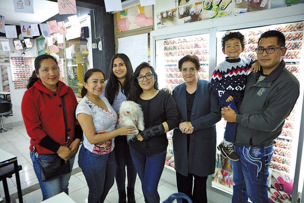 Lilian Cuba junto a sus amigos e invitados.
