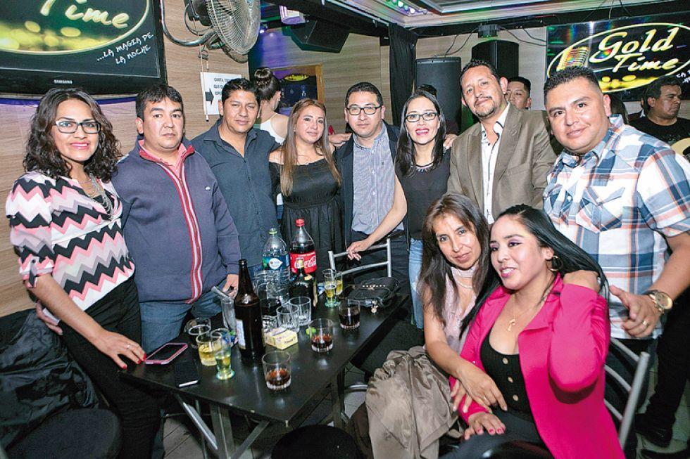 Rubén y Margoth con los amigos.