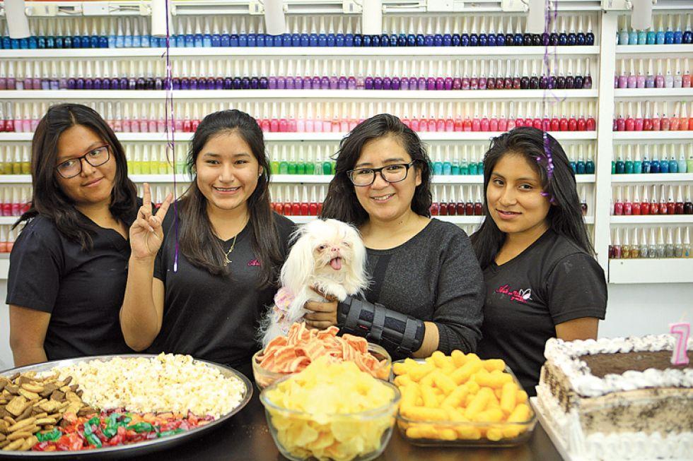 Staff del salón Arte en Uñas y Más junto a Lilian Cuba.