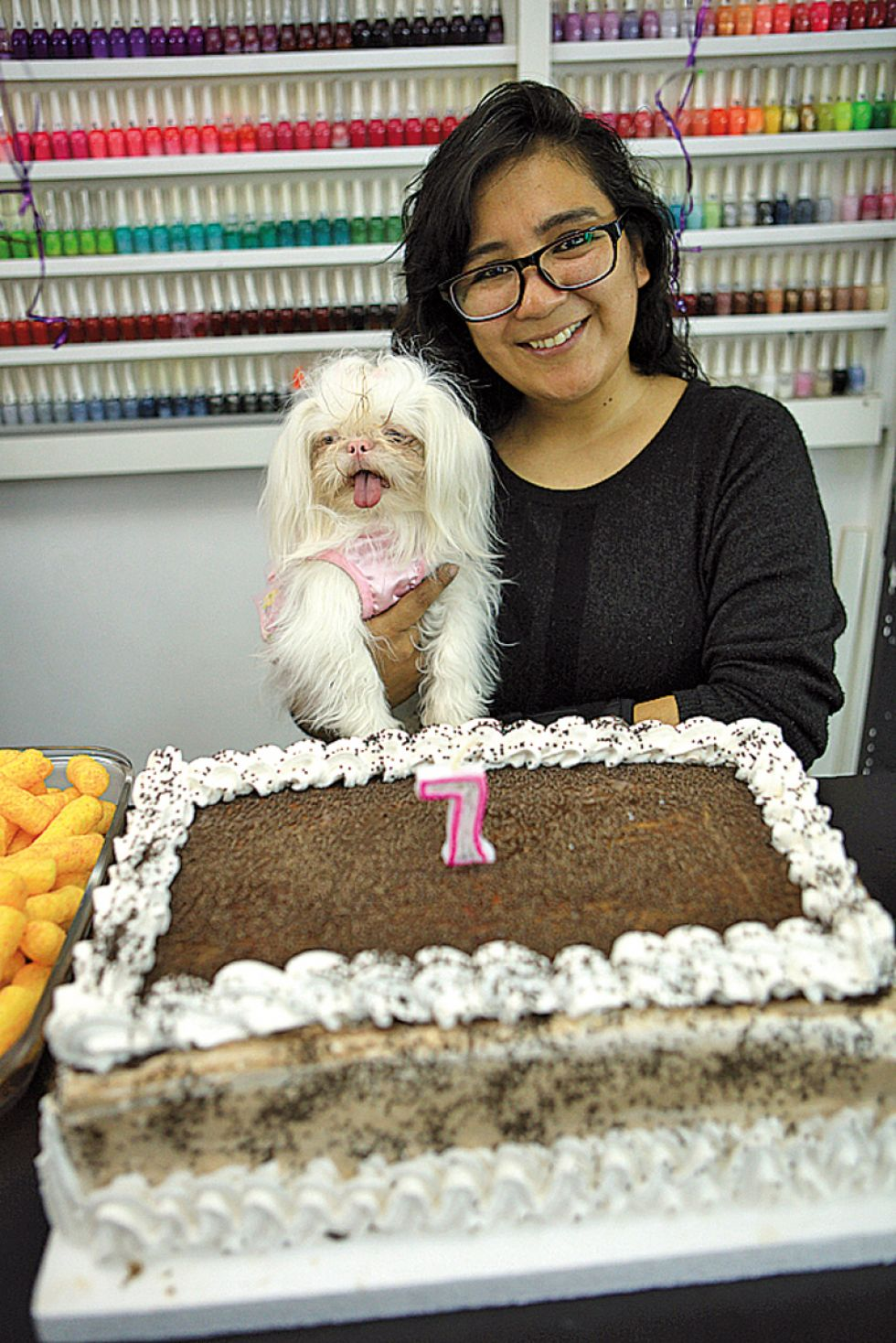 Lilian Cuba, gerente propietaria,  junto a su amada mascota Lola.