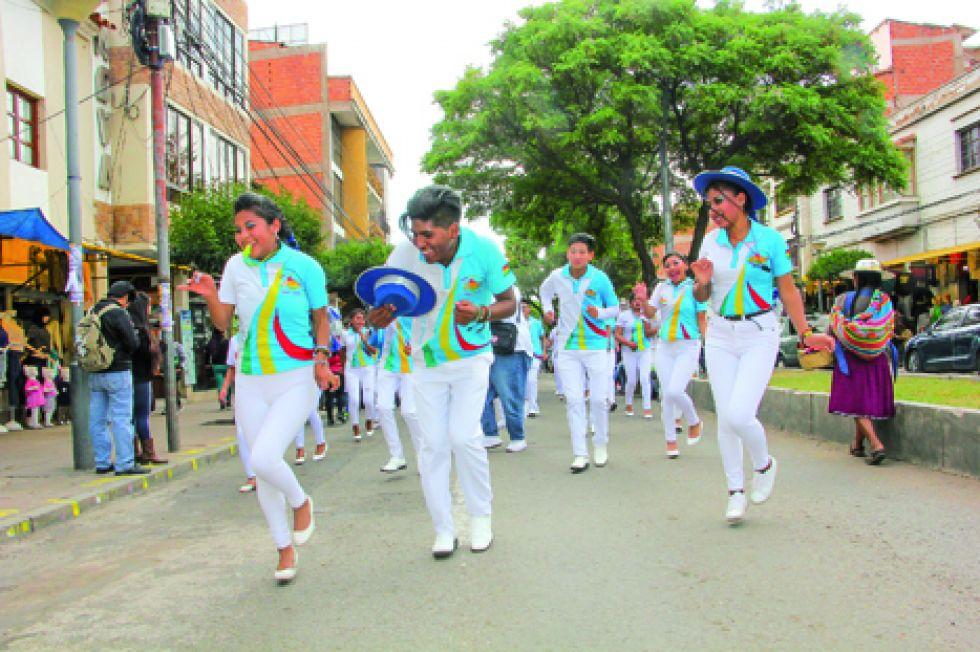 DESTREZA. El salay Jatun Masis a su paso por la avenida Hernando Siles.