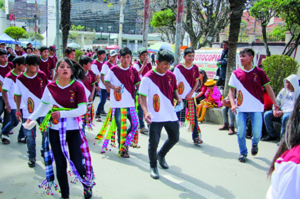 ENERGÍA. Los estudiantes de la Unidad Educativa Jorge Revilla ejecutaron la danza del tinkuy con gracia y donaire.