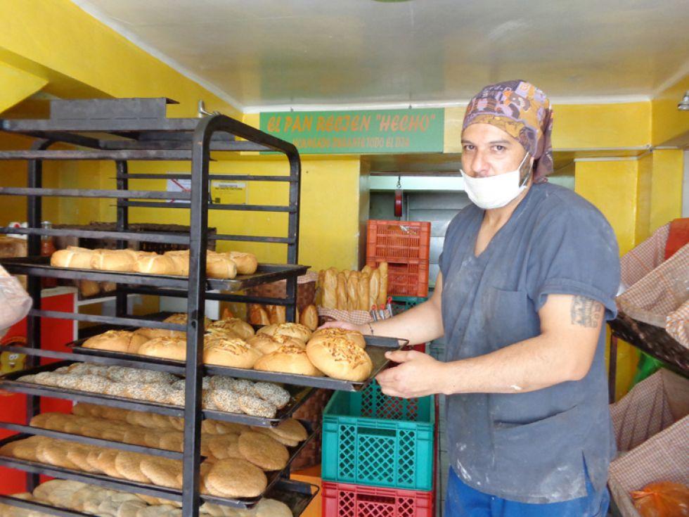 HORNEADO. Mario Soria junto a los panes que elabora diariamente en su panadería Calentito.