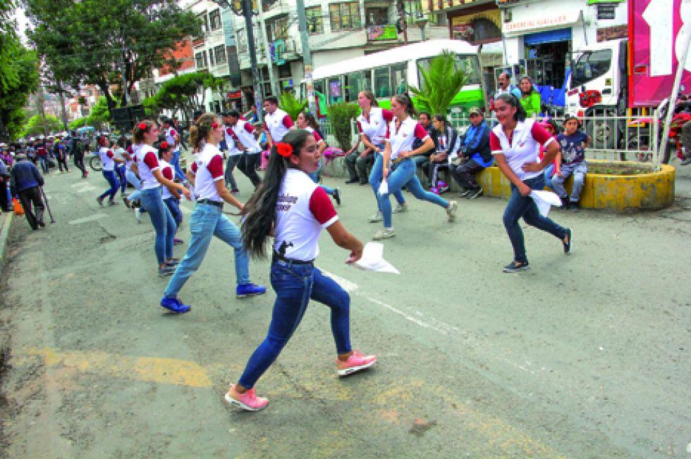 ALEGRÍA. Los jóvenes del ballet Costumbres Tarijeñas presentaron la rueda chapaca.