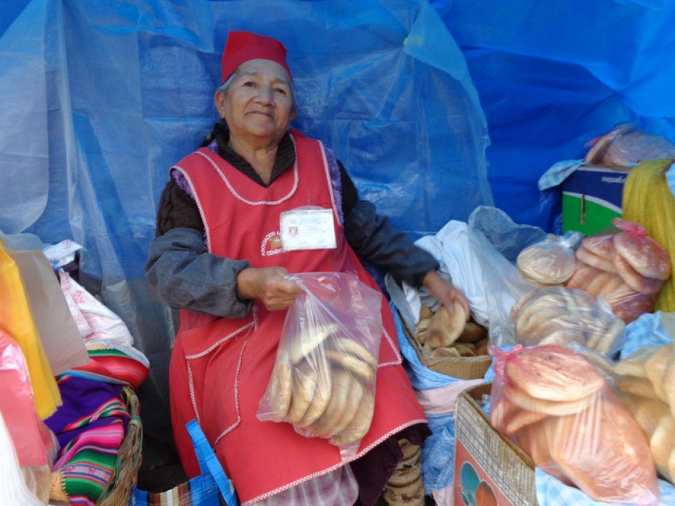 DEVOTA. Flora Chambi vende pan desde hace 12 años en la zona del Cementerio General.