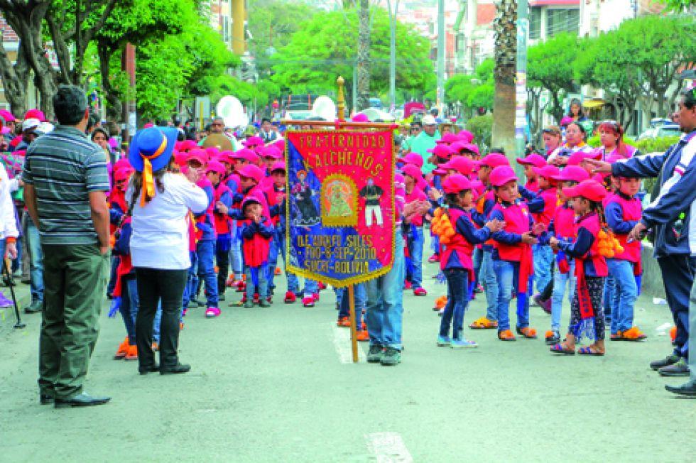 TERNURA. Los niños de la Unidad Educativa Adolfo Siles se robaron los corazones del público.