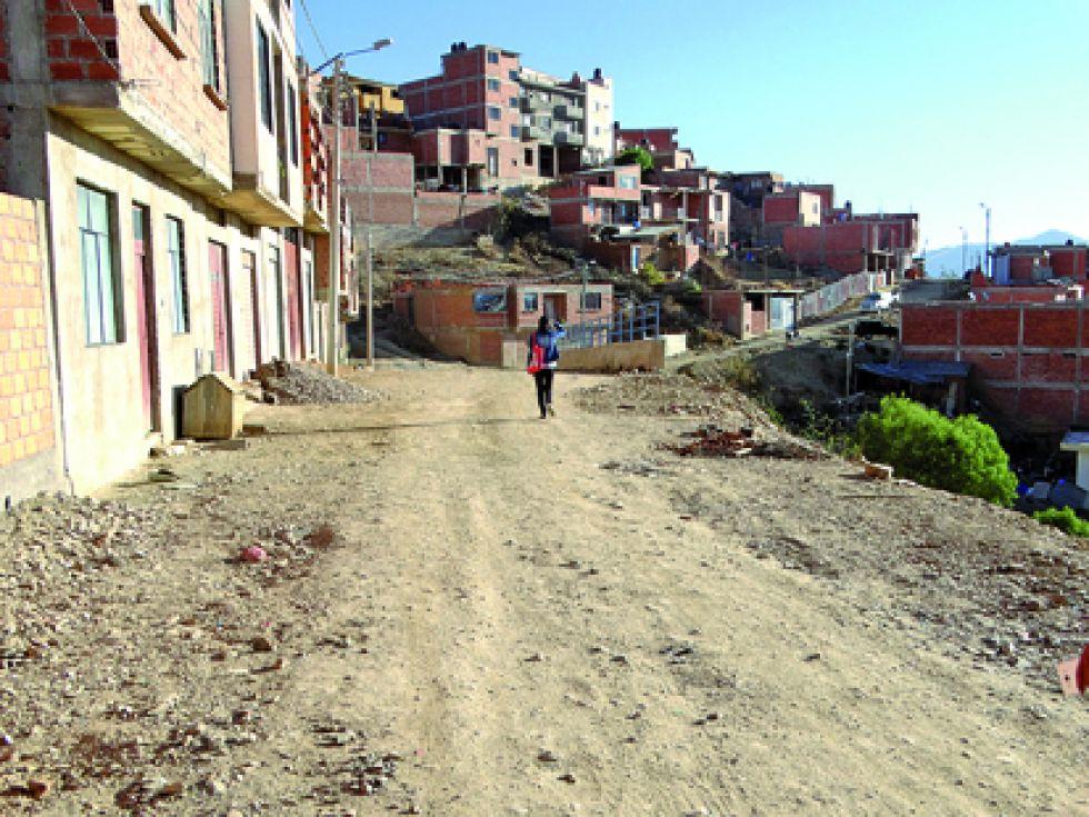 """VÍA. Vista de la calle denominada momentáneamente """"tercer anillo"""", por los habitantes del lugar."""