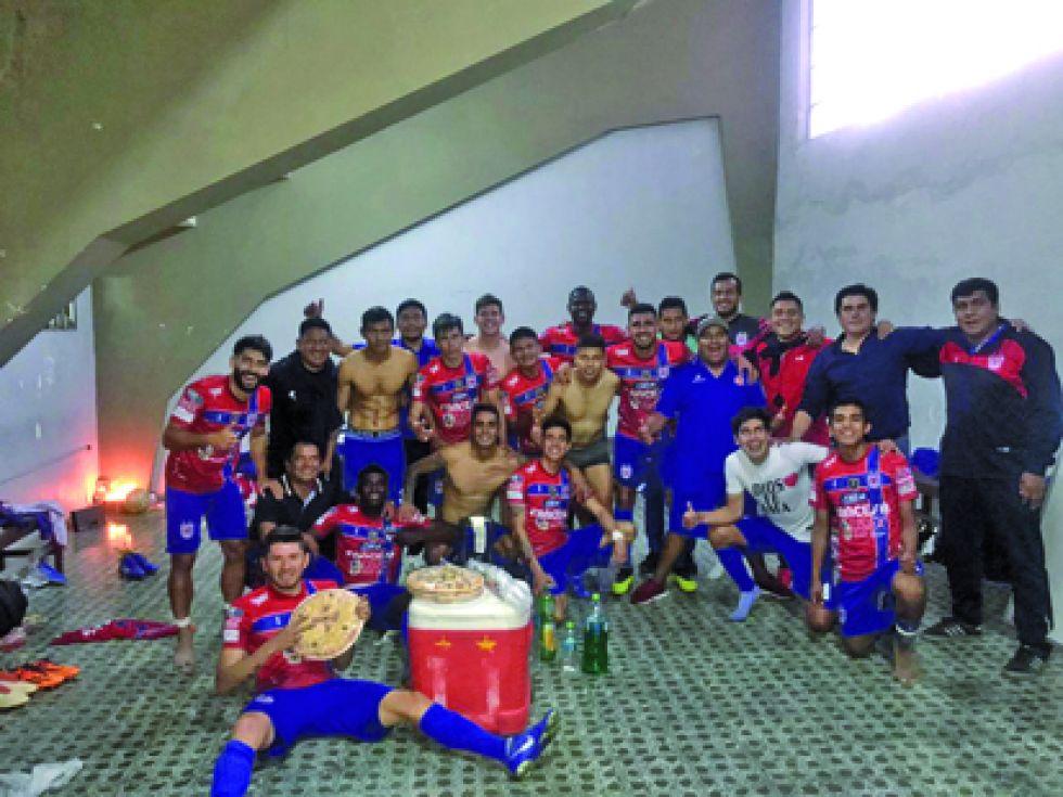 La celebración de los estudiantiles al final del partido jugado ayer, en Tarija.