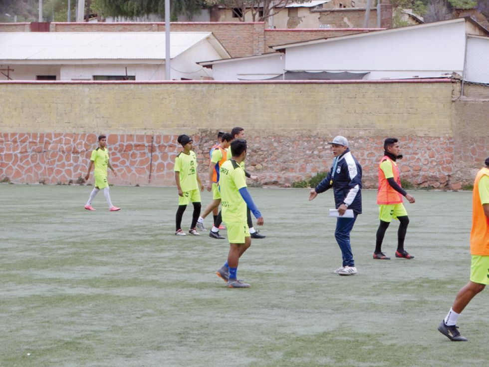 El Decano cumplió su práctica de ayer con una sesión de fútbol en la cancha del RI-II Sucre.