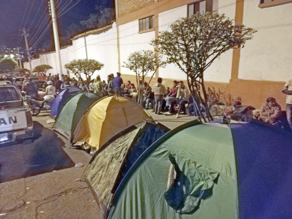 FILAS. Para comprar puestos, la población se aglomeró desde ayer en el Poligimnasio Max Toledo, ubicado en la zona del Cementerio General.