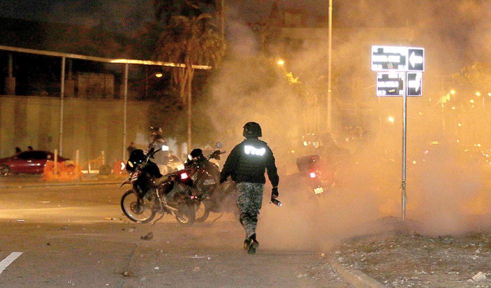 SANTA CRUZ. Los enfrentamientos entre activistas del 21F y la Policía, ayer.