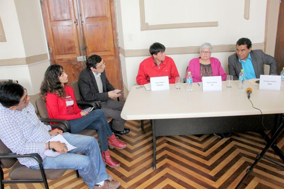 ENCUENTRO. De izquierda a derecha, Carlos Mora, Silvia Salame y Enrique Cortez, candidatos a primer senador por Chuquisaca en la Asamblea Legislativa Plurinacional.