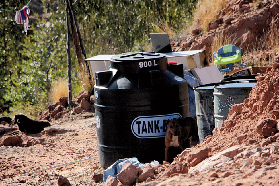 AGUA. Los vecinos cancelan Bs 10 por cada turril de agua que reciben de una cisterna contratada.