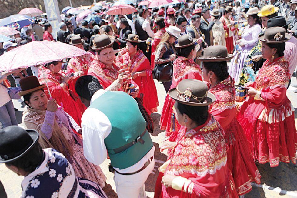 DESPEDIDA. Danzarines de las tradicionales morenadas y sus bandas de música hicieron gala de sus vestuarios por última vez.