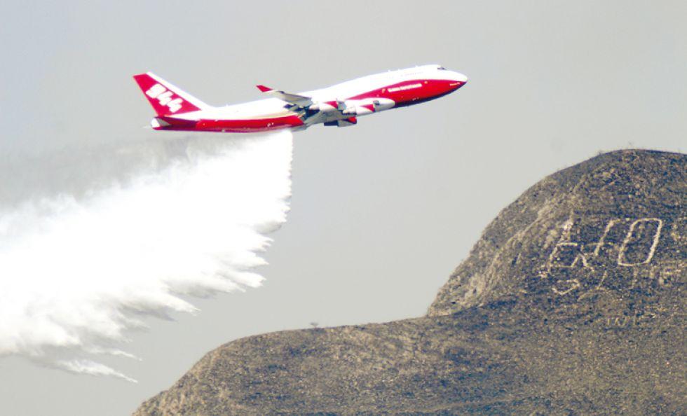 TARIJA. El avión bombero Supertanker se abocó ayer a los incendios en la Serranía del Sama.