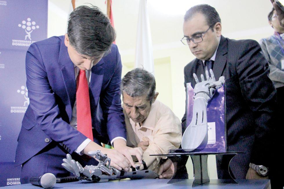 ENTREGA. Ayer en un acto, Don Luchito recibió la primera prótesis fabricada en Sucre.