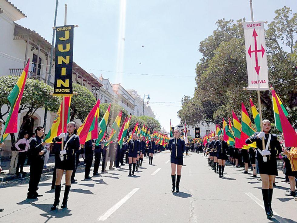 SUCRE. El anfitrión, colegio Junín, a su paso por la Plaza 25 de Mayo.