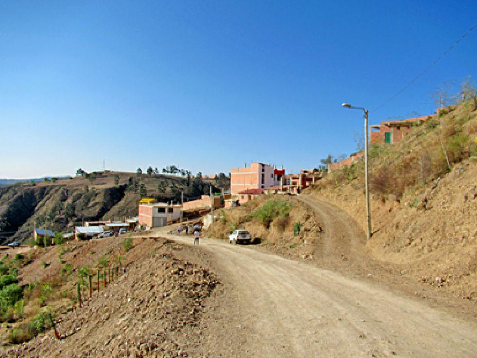 BARRIO. Vista de la principal vía de acceso al barrio Edén.