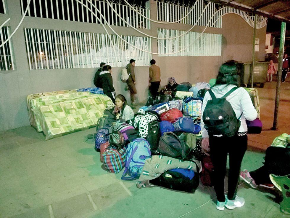 Los estudiantes cenaron antes de emprender el largo viaje al trópico valluno.
