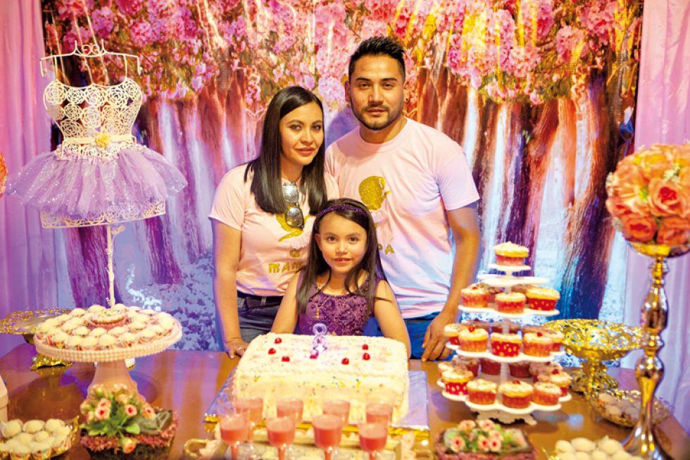 Ariany Portugal Loayza junto a sus padres  Erika Loayza y Fernando Portugal