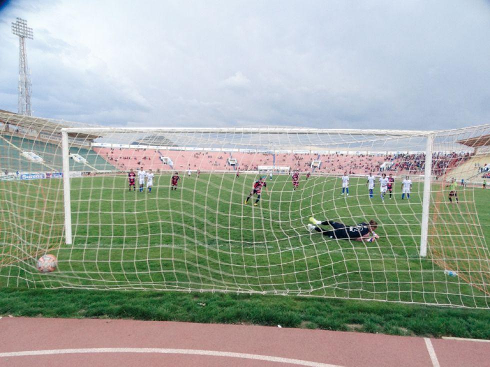 Regis de Souza (i) marca el 2-1 de penal; al lado, un pasaje del partido y la desazón de los jugadores de Stormer's.