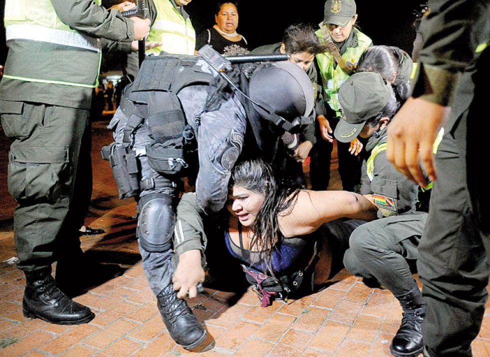 SANTA CRUZ. Incidentes registrados ayer (arriba) mientras se realizaba el cierre de campaña del MAS.