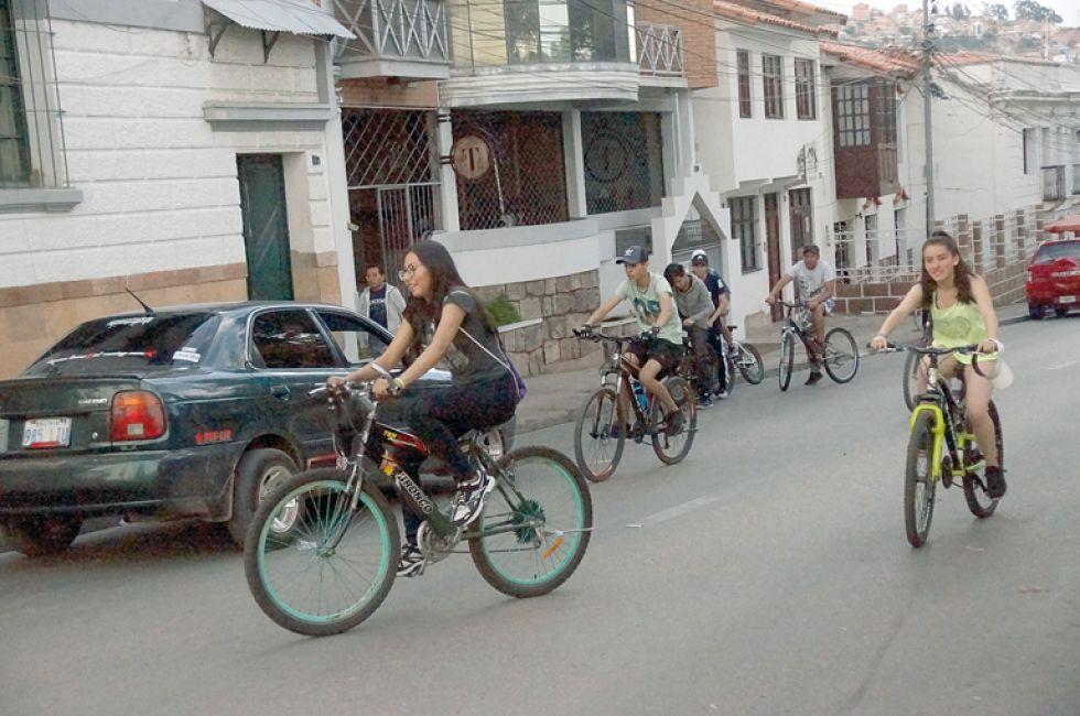 DESCANSO. Sucrenses optaron por las bicis para pasar una jornada en familia.