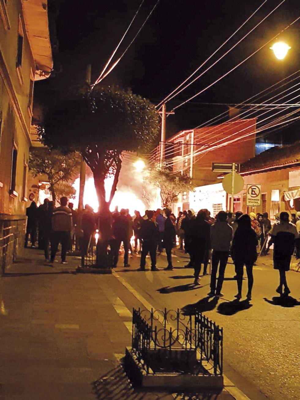 BUSTILLOS. Esta madrugada, jóvenes quemaron sede de campaña del MAS.