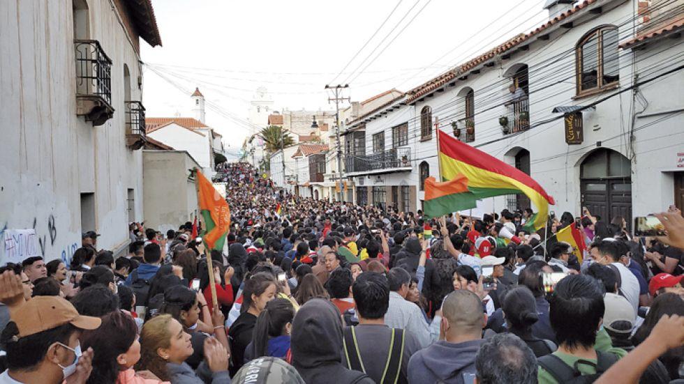 MARCHA. Miles de ciudadanos, convocados por redes sociales, se concentraron en los alrededores del Tribunal Electoral Departamental para exigir celeridad y transparencia