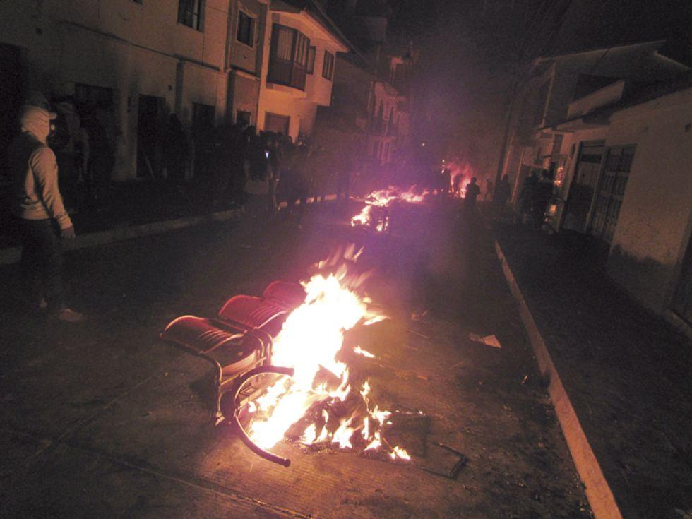 EXCESOS. Mobiliario del Tribunal Electoral ardió en las fogatas.