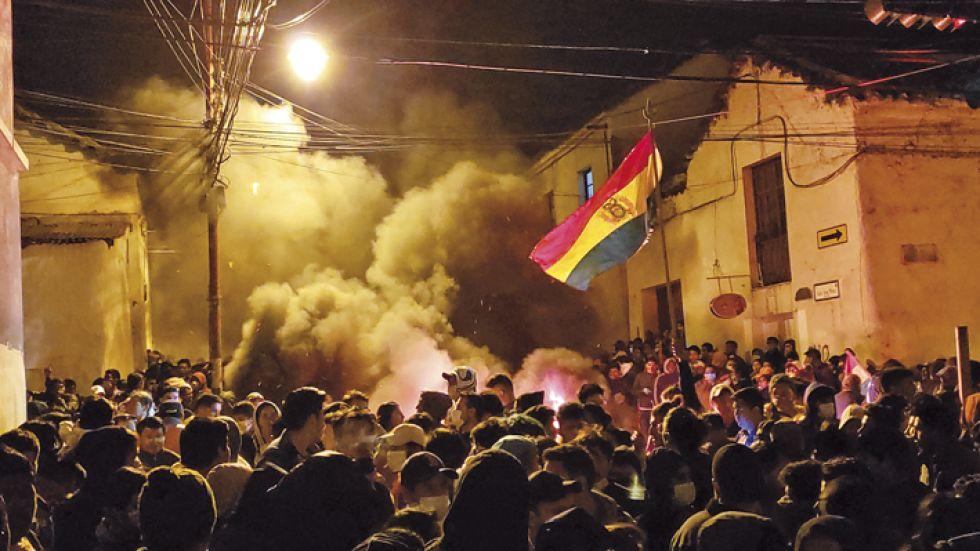 VIGILIA. Los manifestantes formaron barricadas en las calles.