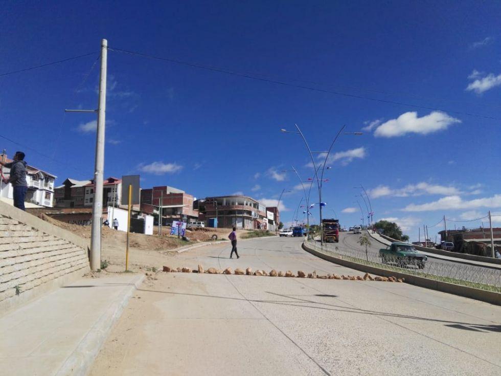 Bloqueo de una vía de la avenida Juana Azurduy.