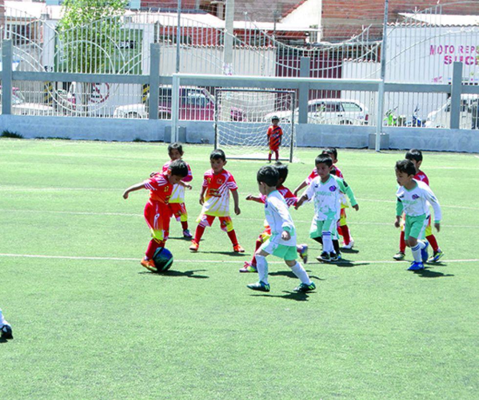 Los sábados niños y niñas se citan en un novedoso campeonato que es organizado por la Asociación Chuquisaqueña de Fútbol.