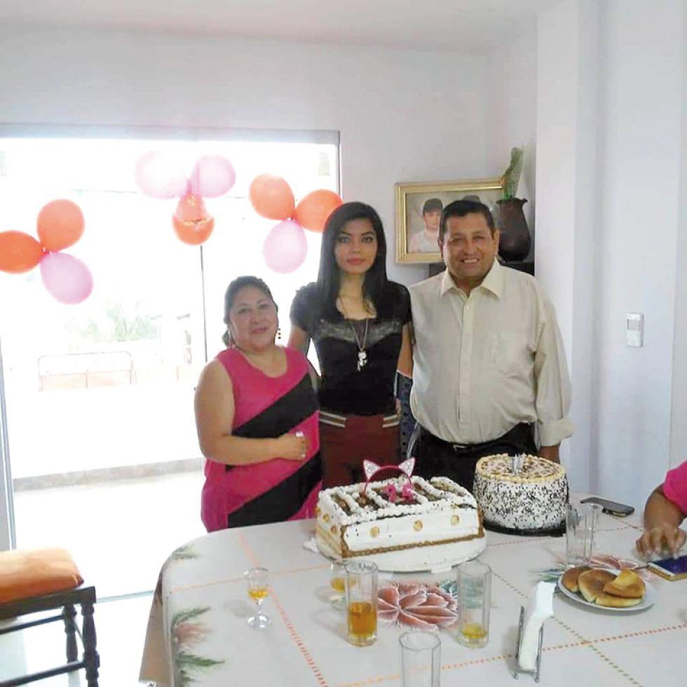 Paola con sus padrinos José Escóbar y Estrella Rodríguez.