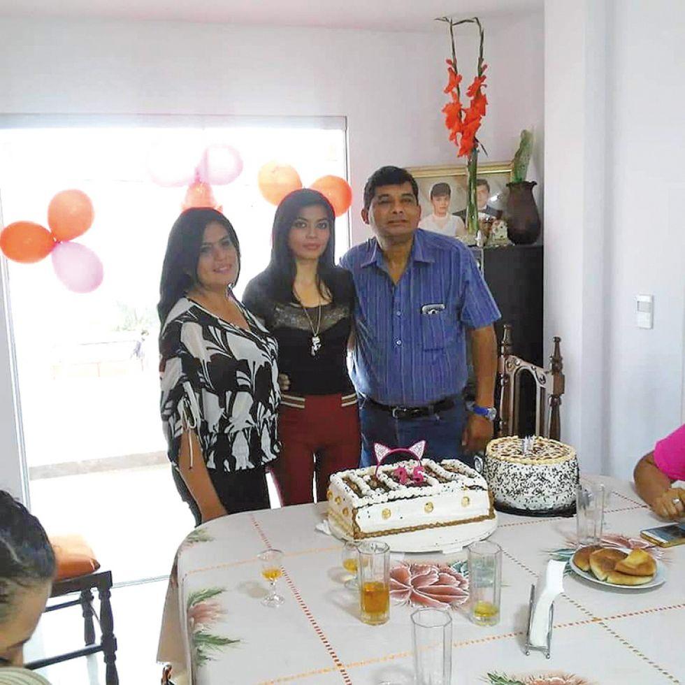 Cumpleañera junto a sus padres Mirna Aramayo e Iván Salazar.