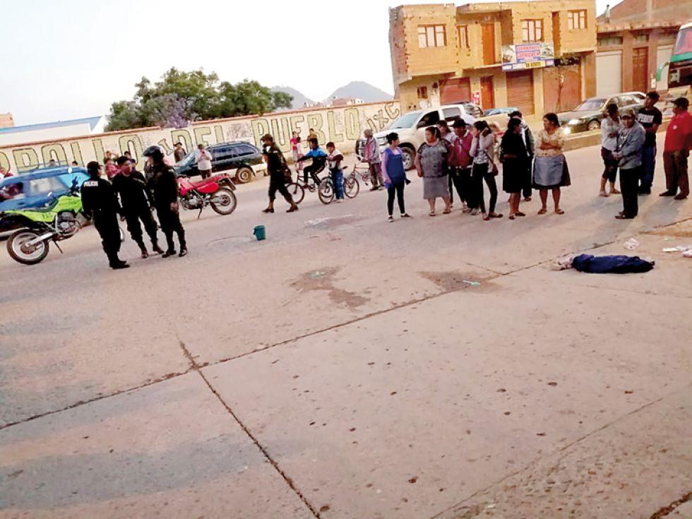 SALUDABLE. El micro arrolló a un hombre que estaba sentado en un banco del parque Mariscal Sucre; la niña caminaba en una avenida.