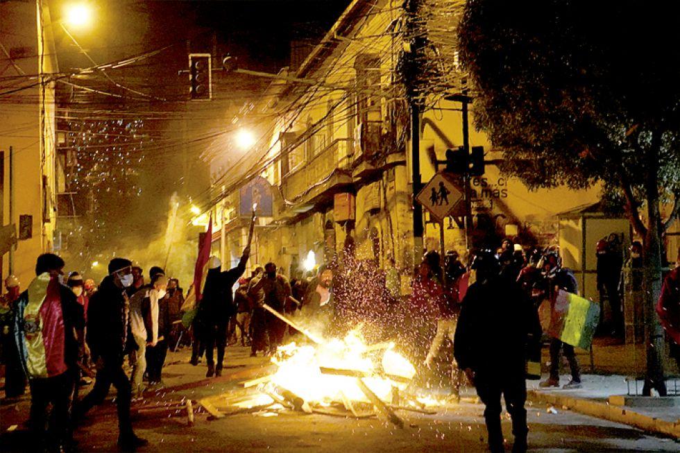 La Paz en zozobra tras otra noche de enfrentamientos