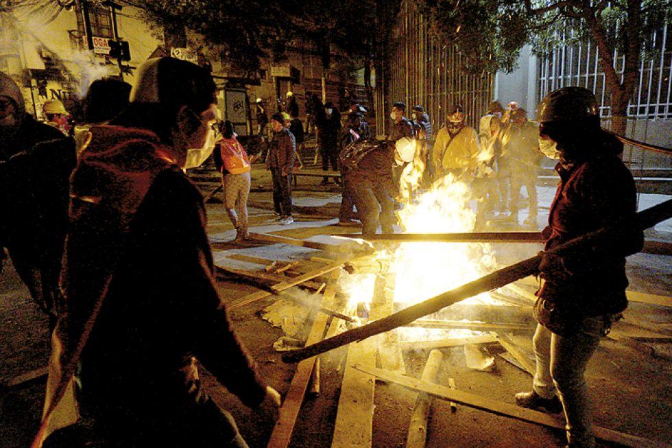 LA PAZ. Tras su cabildo, los cocaleros de Yungas intentaron llegar a la plaza Murillo pero fueron detenidos por mineros afines al MAS.